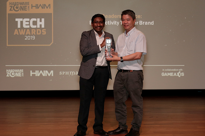 The Readers' Choice for Best Activity Tracker Brand goes to Fitbit. Accepting the award here is Mr. Louis Lye, Fitbit's Regional Director for Southeast Asia, Hong Kong, and Taiwan.