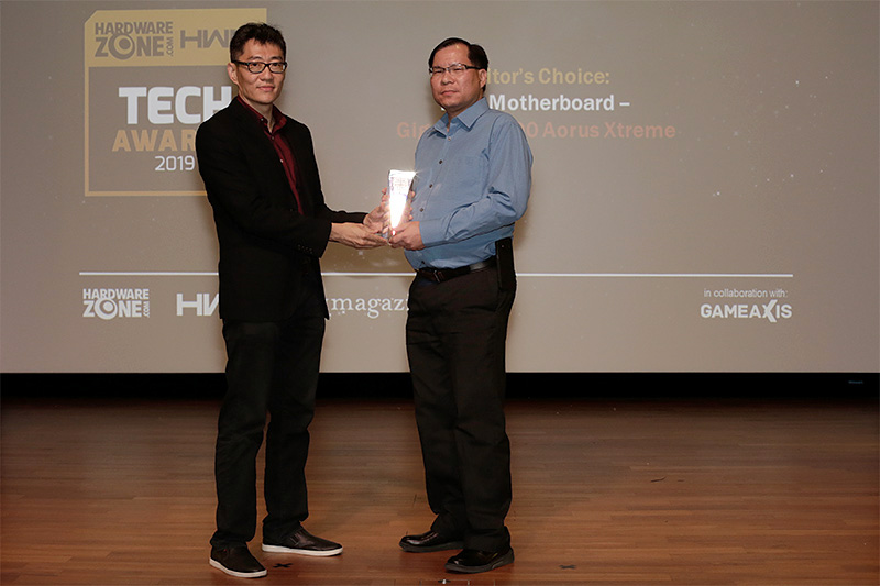 Gigabyte's Z390 Aorus Xtreme is the winner of our Editor's Choice for Best Motherboard. Receiving the award here is Mr. Andrew Cheong from CDL Trading Pte Ltd., the distributor for Gigabyte components in Singapore.