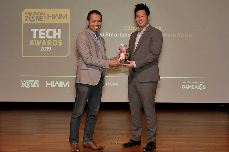 This year, the Editor's Choice for Best Smartphone goes to the Huawei Mate 20 Pro. Receiving the award here is Mr. Jonathan Ye, Chief Marketing Officer for Huawei Consumer Business Group, Singapore.