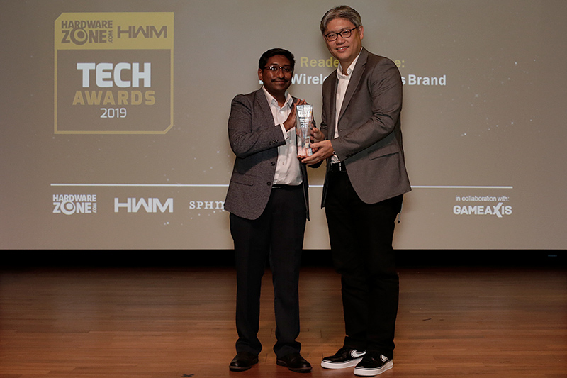 JBL is the winner of our Readers' Choice for Best Wireless Speakers Brand. Here's Mr. Chang Seng Hock, Harman's Brand Activation Director for APAC, accepting the trophy.