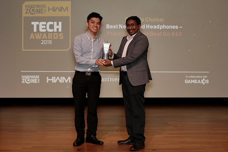 The Plantronics BackBeat Go 410 is the winner of our Editor's Choice for Best Neckband Headphones. Accepting the trophy here is Mr. Richard Tan, Consumer Business Manager, Southeast Asia, Plantronics.