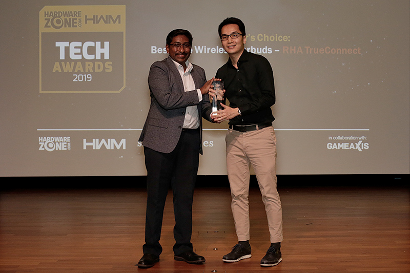 RHA's TrueConnect wins the Editor's Choice for Best True Wireless Earbuds. Here's Mr. Kar Wei Goh from Eng Siang International accepting the award on behalf of RHA.