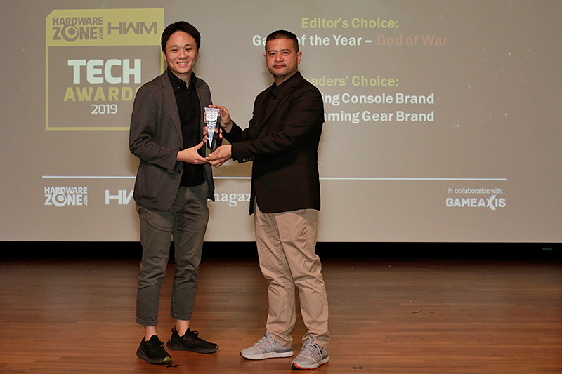 Sony Interactive Entertainment wins the Readers' Choice for Best Gaming Console Brand and Best VR Gaming Gear Brand, while the company's God of War picks up the Editor's Choice for Game of the Year. Accepting the awards here is Mr. Ian Purnomo from Sony Interactive Entertainment Singapore.