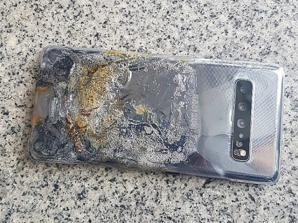 The burnt Samsung Galaxy S10 5G. <br> The Economic Times.