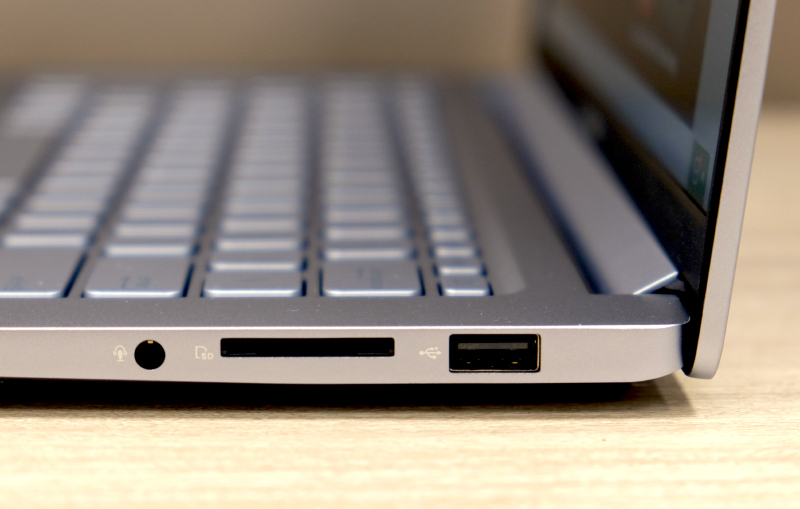 Despite the large battery capacity, the VivoBook S14 is fairly thin and light.