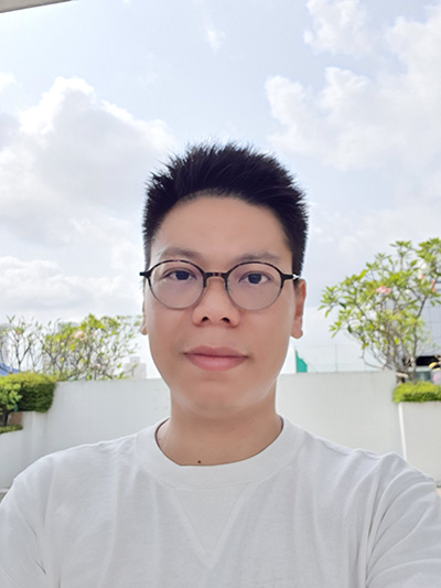 Galaxy Note10 backlit selfie capture. (Click for full resolution image)