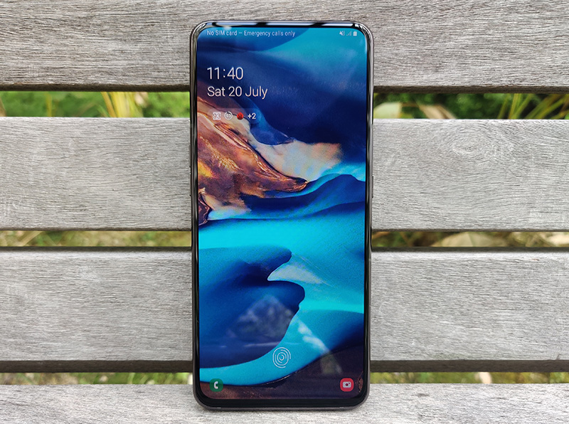 Look at that! Save for a slight chin at the bottom, the bezels are also impressively thin, an effect reinforced by the lack of a plastic frame around the display.