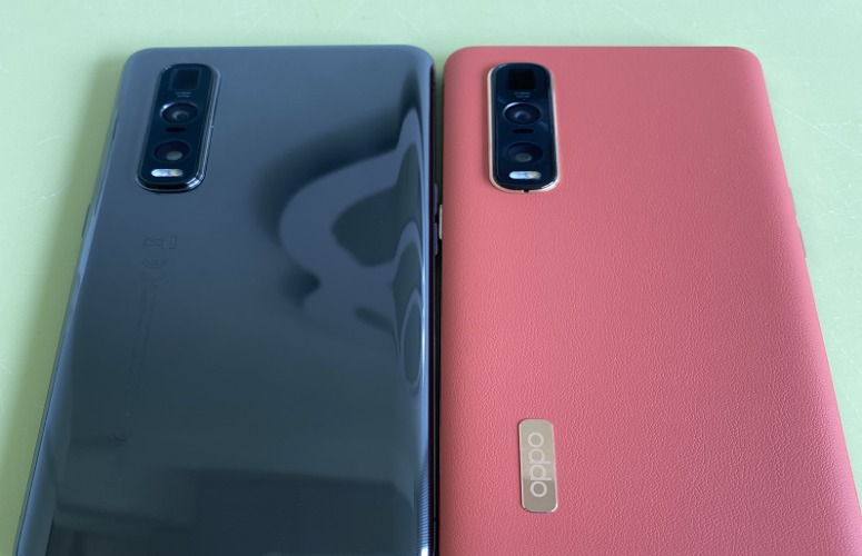 Side-by-side comparison of the Ceramic and Vegan Leather colours of the Oppo Find X2 Pro, taken from our First Looks opportunity.