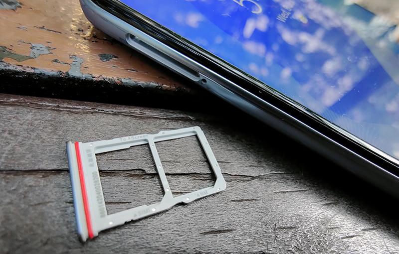 Single SIM slot with Huawei's Nano Memory slot on the card tray.