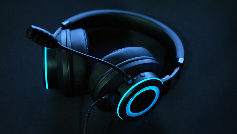 The SXFI Gamer comes with a detachable microphone.