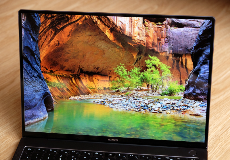 The 3,000 x 2,000 pixels resolution display is sharp and produces vivid colours. It also gets really bright.