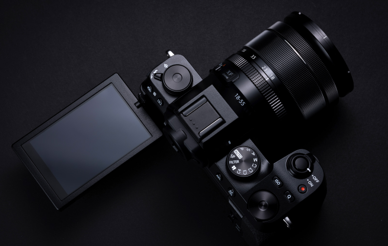 Note the fully articulating rear touchscreen. (Image source: Fujifilm)