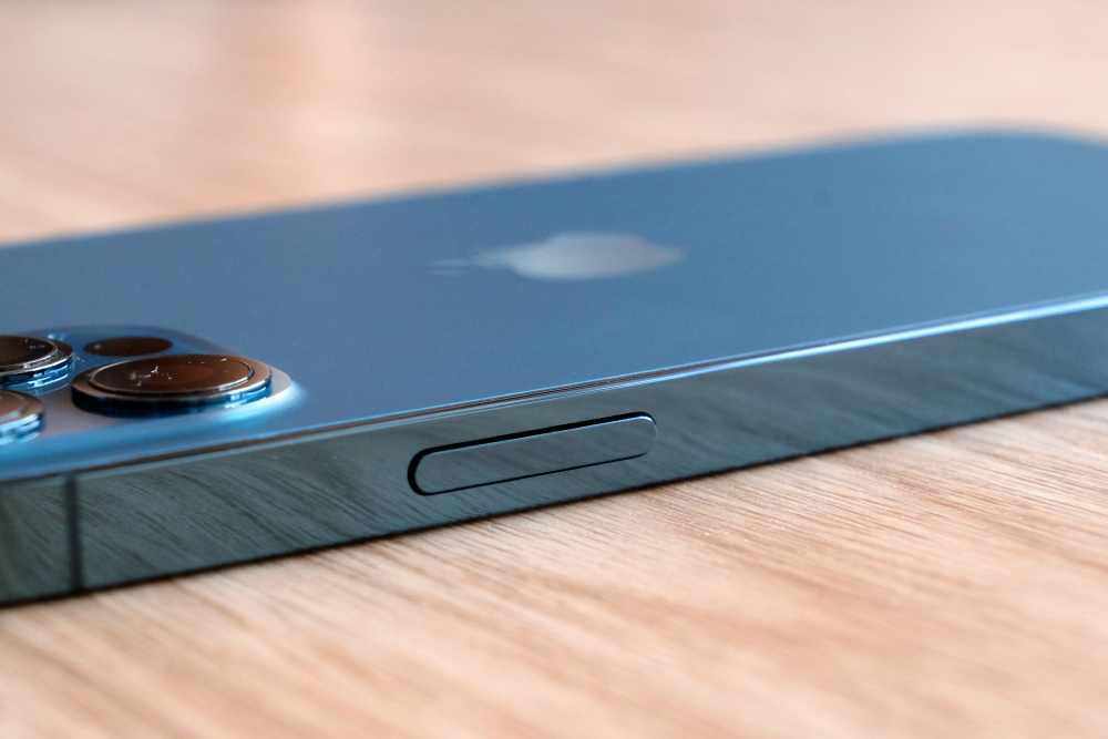 The sides of the iPhone 12 Pro is super polished and attracts fingerprint like nothing else I've seen.