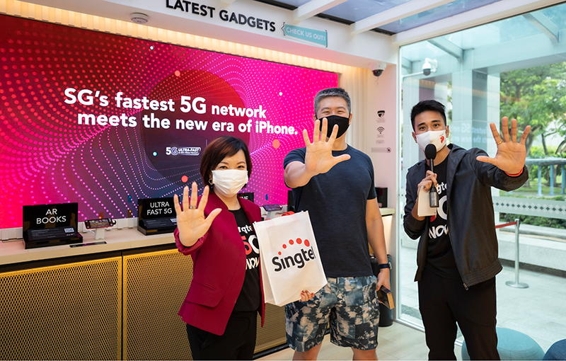(Middle) Mr Lim Chen Han, 43, the first Singtel customer to get an iPhone 12 Pro with (left) Ms Gan Siok Hoon, MD of Sales & Mobile Marketing, Consumer Singapore, Singtel and (right) host, Joakim Gomez. Source: Singtel.