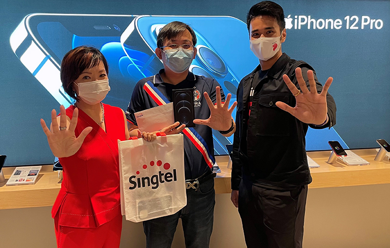 (Middle) Mr Wang Wei Hong, the first Singtel customer to buy the iPhone 12 Pro Max 512GB in Pacific Blue, (left) Ms Gan Siok Hoon, MD of Mobile Marketing & Sales, Consumer Singapore, Singtel, and (right) Mediacorp 987 DJ, Joakim Gomez. Photo taken using iPhone 12. Image credit: Singtel.