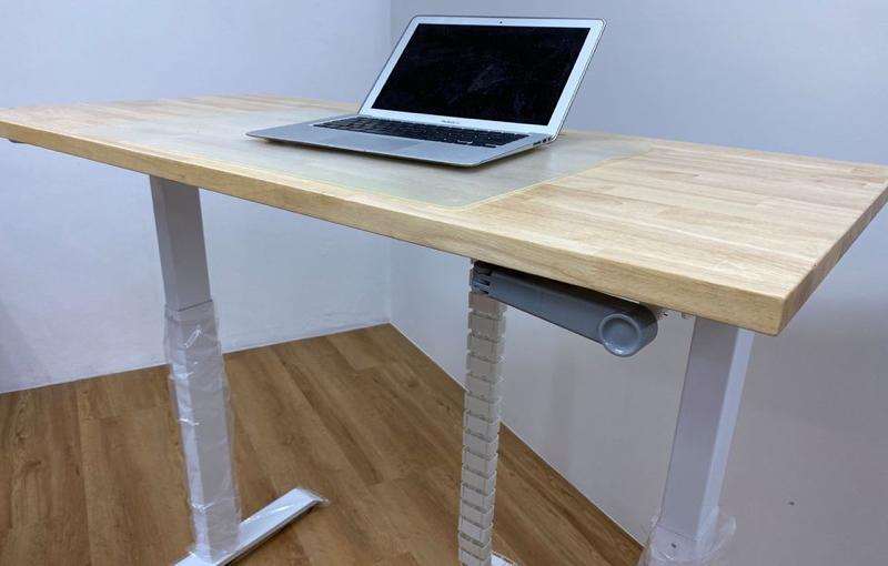 Raise the desk manually. Image courtesy of Tableholic.