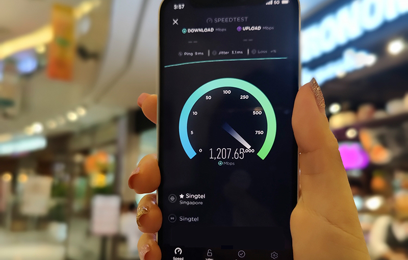 Singtel's real-world testing of VivoCity's indoor 5G coverage, replete with top-tier manicuring. Image credit: Singtel.
