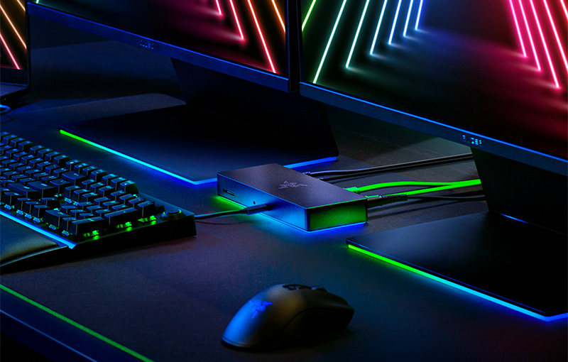 Razer Thunderbolt 4 Dock Chroma (centre).