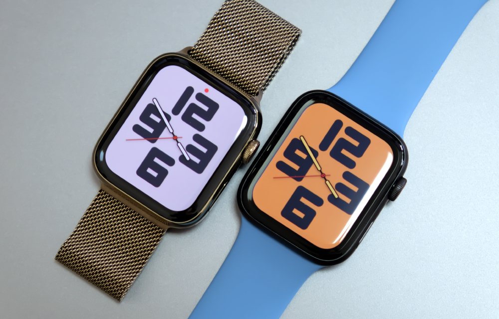 The Apple Watch Series 6 (left) and the Apple Watch SE (right).