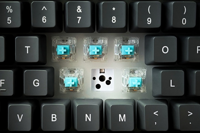 The keyboard accepts PCB-mount switches. (Image source: Marsback)