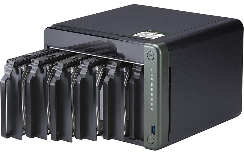 The TS-653D can take both 3,5 and 2.5 HDDs and SSDs.