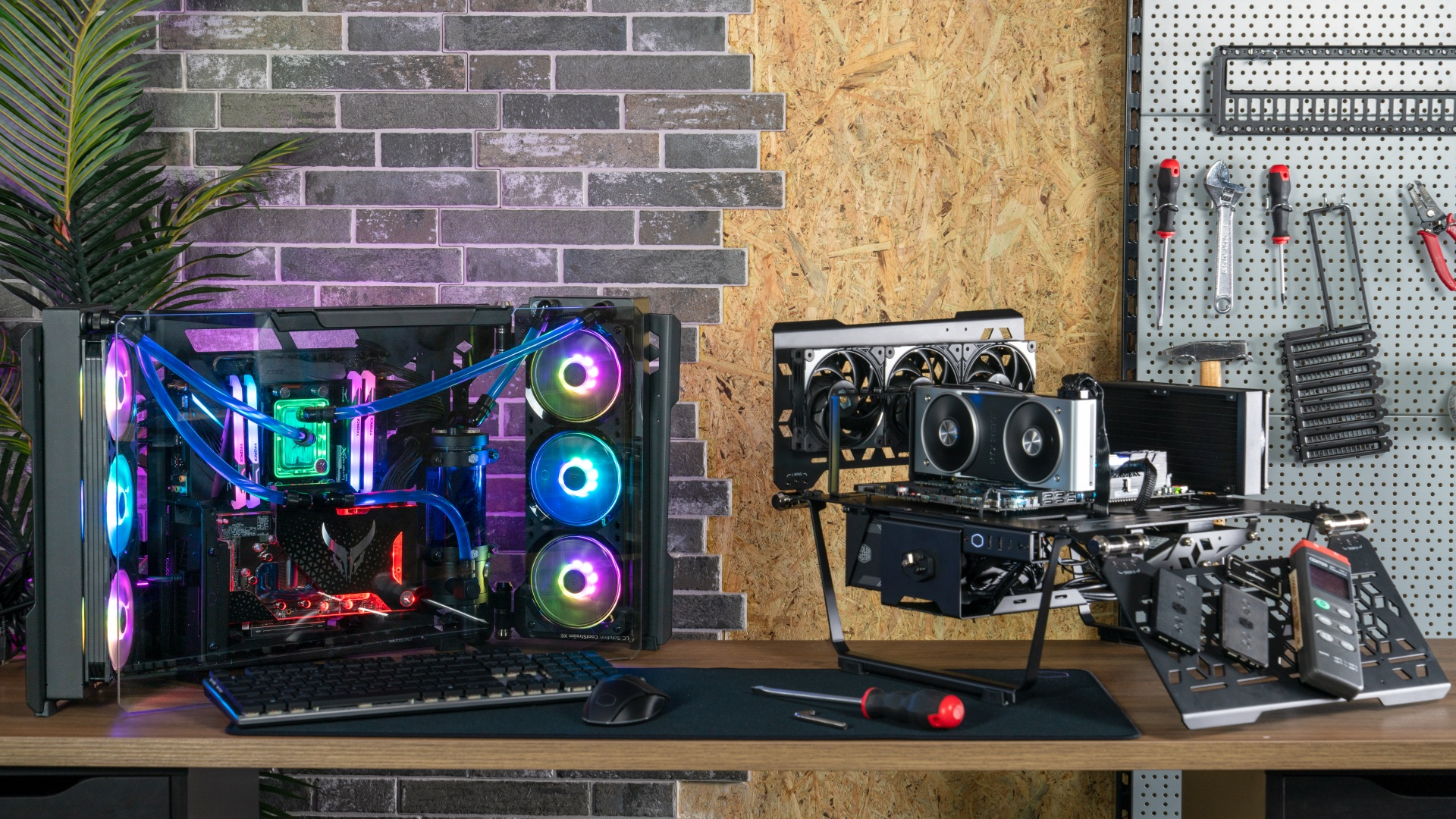 Two examples of how to build a PC using Cooler Master's MasterFrame 700 case