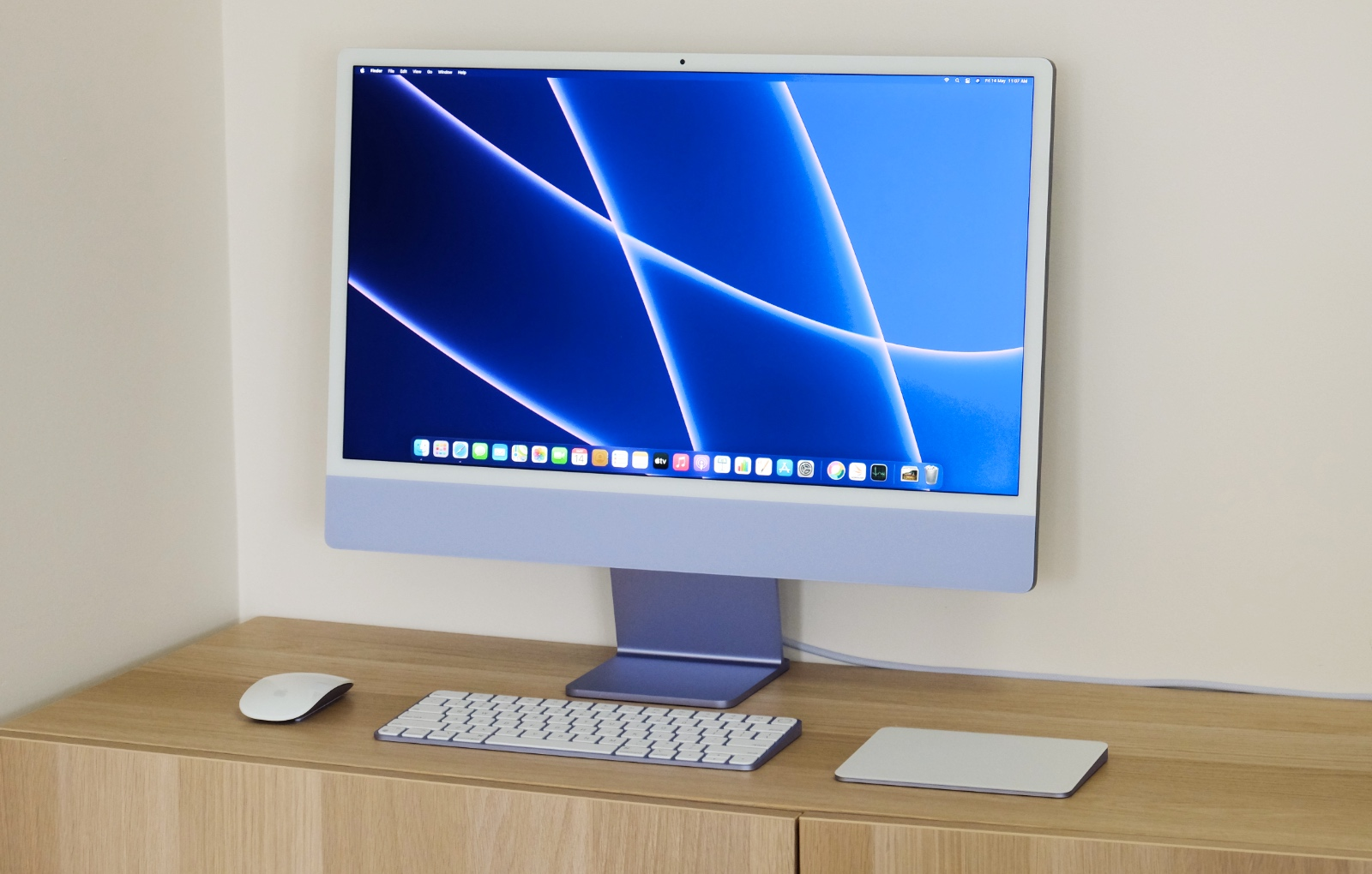 The newest 24-inch iMac is available in seven colours and clearly pays homage to the first iMac from 1998.
