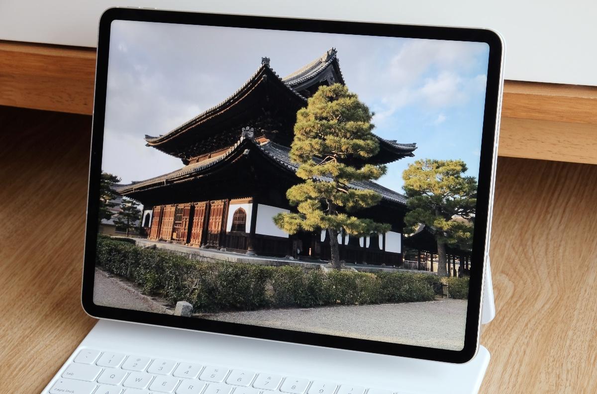 The 12.9-inch iPad Pro's Liquid Retina XDR display uses thousands of tiny LED backlights.