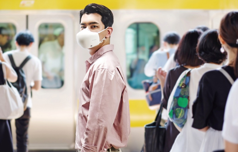 The new masks have a built-in mic and speaker so that the user can be heard properly together with VoiceOn technology from LG. Image courtesy of LG.