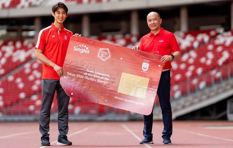 Singtel GCEO Yuen Kuan Moon presents data SIM card to Singtel partner athlete Loh Kean Yew (Photo credit SNOC).