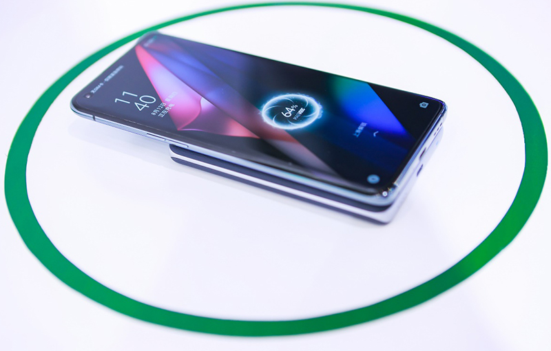 Oppo MagVOOC in action.