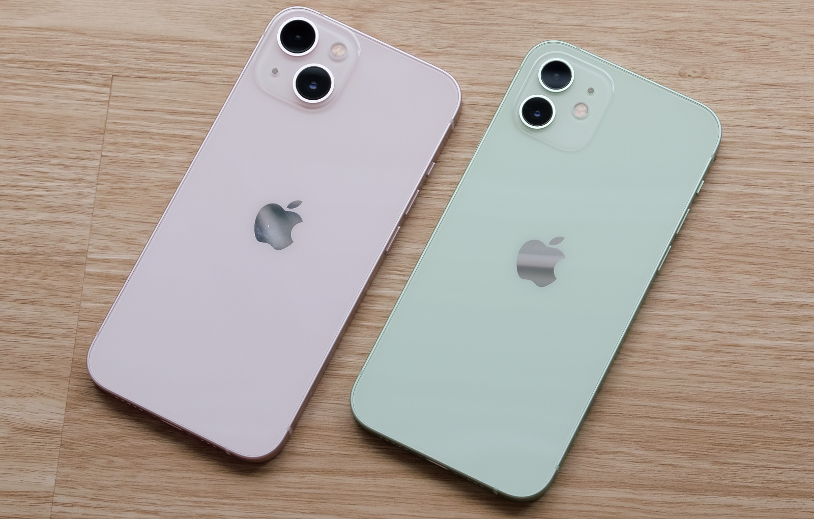 Can you tell which is the iPhone 13 and which is the iPhone 12?