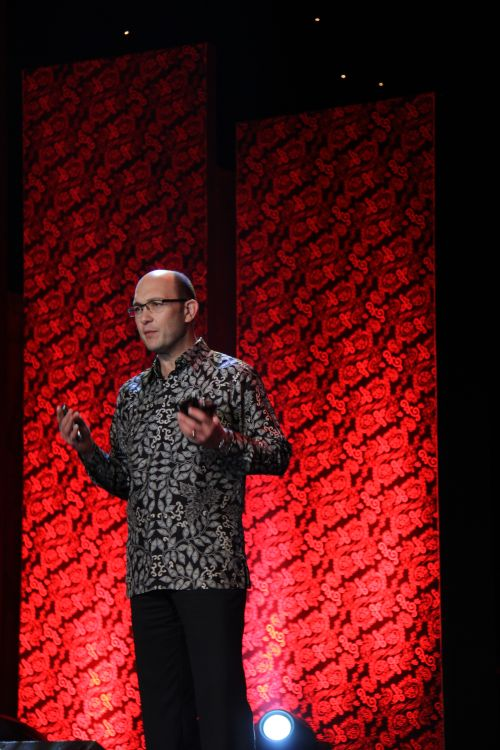Carlo Chiarello, Senior Vice President, Global BlackBerry Handheld Product Portfolio and Business Management, RIM, also joined Balsillie on stage to share more on the two smartphones. Behind him is the red batik motif which formed the theme of the launch, and they include the RIM logo within.