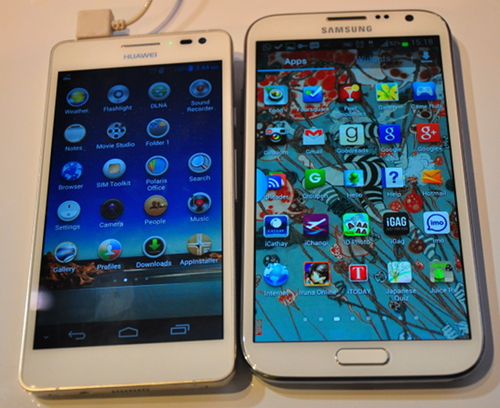 The 5-inch Ascend D2 side-by-side with the 4.8-inch Samsung GALAXY S III