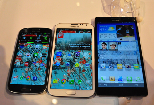 The 5.3-inch Samsung GALAXY Note II is dwarfed by the Ascend Mate. Needless to say, the 4.8-inch GALAXY S III is too as well.