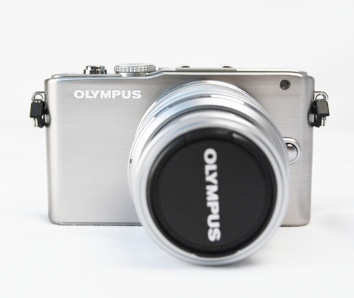 Classy is its middle name. Meet the Olympus PEN E-PL3, a classic looking version of the high profile E-P3 cousin.