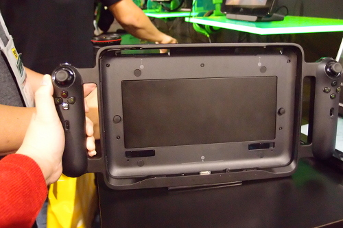 Sans tablet. There's an extra battery pack embedded within the peripheral to charge the Edge while attached.