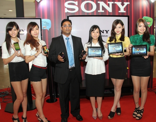 James Lawrence, Head of Operator Sales (3rd from left) and Go Seh Lei, Xperia Tablet Product Manager (3rd from right) with some models and the new Xperia tablets