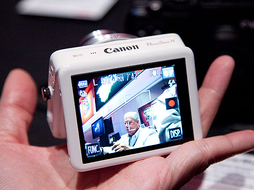 It comes with a 2.8-inch tilt-capable touch screen LCD panel.