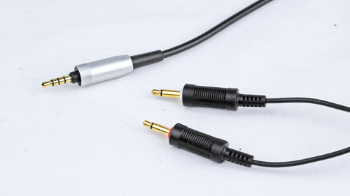 The AHD-7100 comes with a 3.5mm jack, visible here in silver. The other jacks are plugged to the headphones themselves.